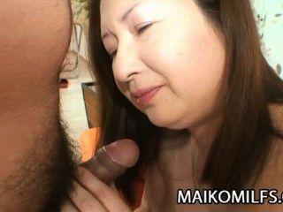 Miyoko Nagase - alte japanische Dame, die einen harten Schwanz saugen