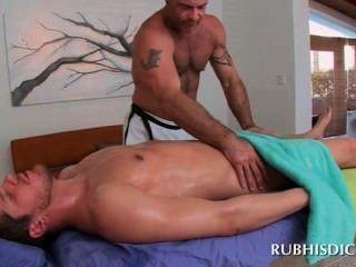 gerade Gestüt Arsch von geilen Homosexuell gehänselt muskulösen Masseur
