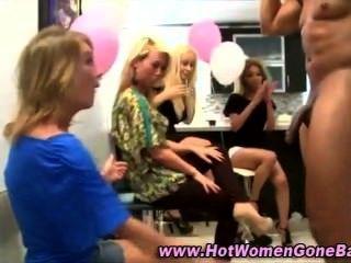 cfnm Partei Mädchen saugen Hahn