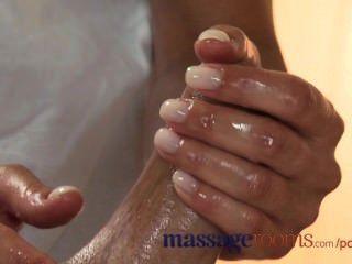 Massageräume geile junge Blondine nimmt einen fetten Schwanz in ihre enge rasierte Muschi