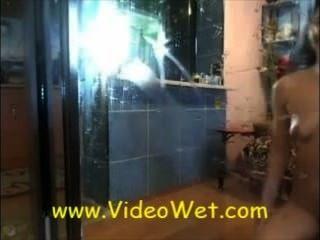 Live-Webcam spritzen Mädchen auf dem Spiegel