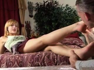 schöne blonde fußanbetung