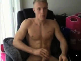 gerade blonde Kerl auf cam Rucken
