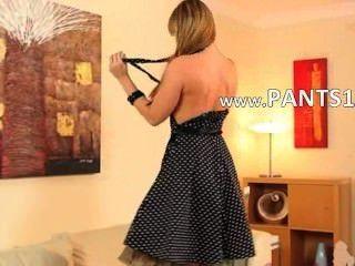 Stifte & Stifte blonde Babe in Nylons posiert