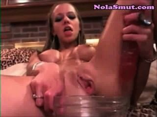 nuttig blonde spritzt in einer Glasschale abspritzen