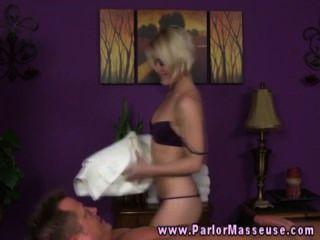 blonde Babe kann nicht für erotische Massage mit Stud Client warten