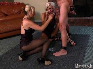 cockand Ball Folter und peitschte durch zwei blonde Sadist Dominatrix