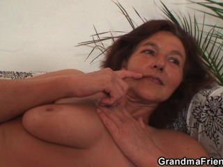 Oma genießt zwei junge Hähne