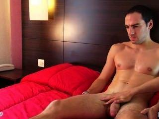 benoît, ein echter gerade Kerl in seinem 1srt Porno Video get wanked seinen riesigen Schwanz
