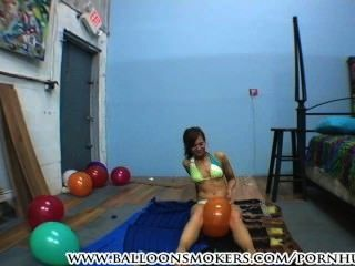 jugendlich im Bikini knallt Ballons