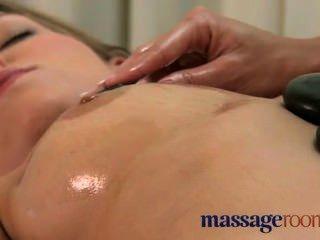 lesbische Massage führt zu einem tollen Orgasmus