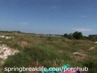 2 nackte Mädchen auf einem privaten Grundstück