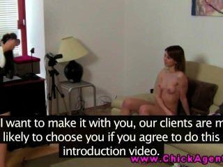 lez Sex Casting mit Skinny Babe spielt mit einem Dildo