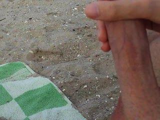 Homosexuell Guy masturbiert und cum am Strand in Publi
