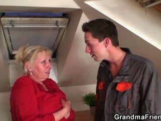 böse Oma spreizt ihre Beine für zwei Hähne