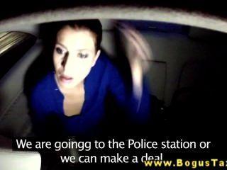 Brunette Amateur gibt bj Fahrer Taxi