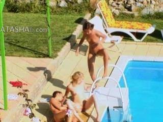 drei Mädchen Geheimnis ficken am Pool