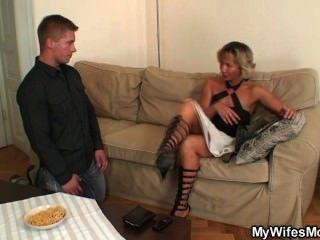 heiße Schwiegermutter genießt Hahn Reiten
