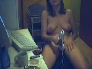 mit Vibrator, während Anschauen von Porno