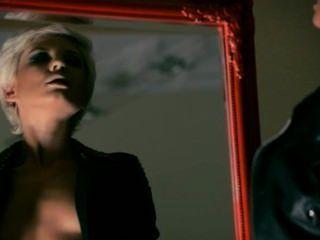 mysteriöse Frau masturbiert mit einem Dildo