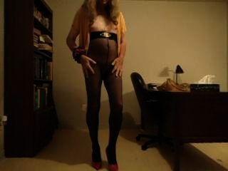 vanessatv Cumming in ihrem Büro