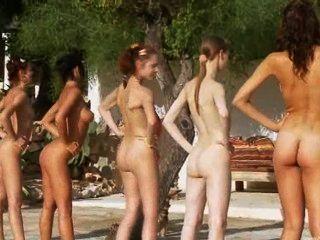sechs nackte Mädchen am Pool aus Polen