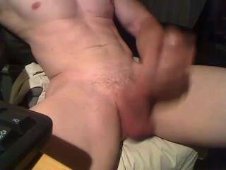 Mann zuckt und erschießt große Last auf der Brust