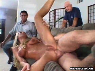 sexy blonde MILF wird vor einem Publikum gefickt