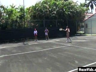 College-Mädchen nackt auf dem Tennisplatz gestrippt