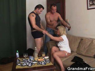 große Dreier mit heißen reife Blondine
