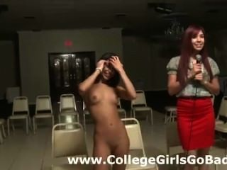 echte Amateur College Lesben tun ein Streifen für Mädchen