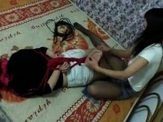 chinesisches Mädchen hogtied und gekitzelt! f / f