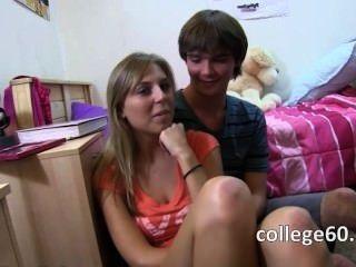zwei blonde Teenager ficken auf dem Bett genießen