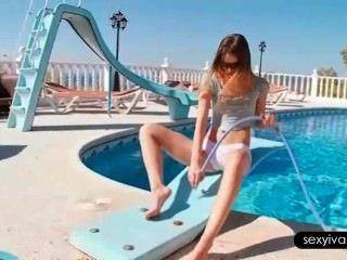 ivana neckt ihren heißen Körper mit einem Schlauch am Pool