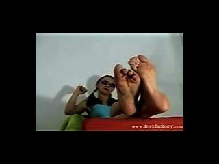 westliche Sonnenbrille blonde zeigt ihre großen verschwitzt nordic Füße für den Gottesdienst aus