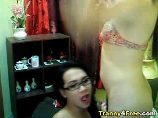 Tranny gibt zu ihrem Partner Kopf