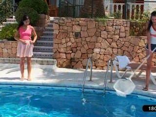 schöne Lesben am Pool spielen