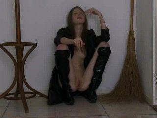 essen Hexe in hohen schwarzen Stiefeln