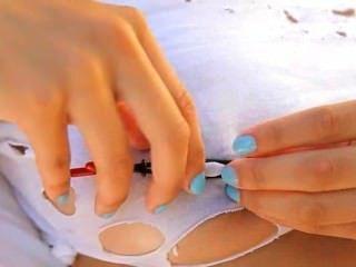 vollbusige Frau foltern ihre Brustwarzen