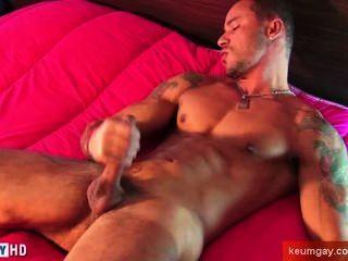 Vitor, ein sehr sexy Sport Kerl bekommen Wanked seinen sehr großen Schwanz von uns.