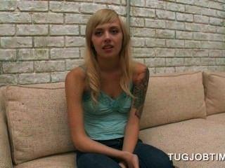 Teen blonde Cutie ihre Titten in einem Porno zu blinken Filme vorsprechen
