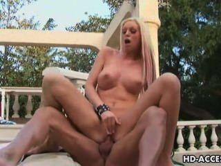 big Tit Blondine nimmt auf zwei Schwänze in den Pool