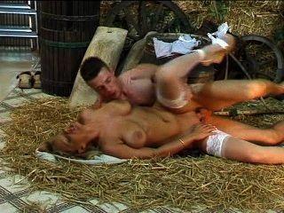 vollbusige Blondine anal während Foto-Shooting gefickt