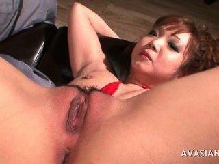 asiatische spreizt ihre Beine weit geöffnet
