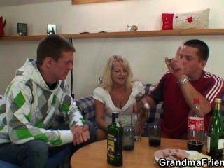 Party Jungs Pfund Oma von beiden Enden