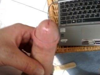 Geiler Handjob, Masturbation beim lsben Film im bad