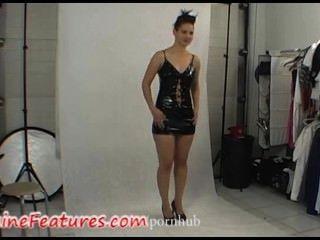 sexy Küken in Latex-Kleid in hinter den Kulissen Clip