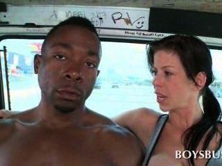 süßen afrikanischen Jungen durch eine vollbusige Getrampel in den Bus verführt