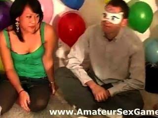 Gruppe von Amateuren küssen und saugen Brustwarzen