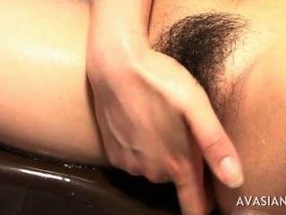 hart ihre rutschig Muschi im Bad geil asiatische masturbieren